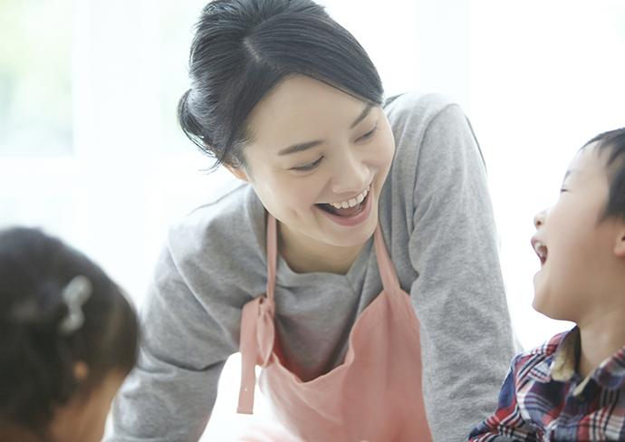 笑顔で仕事をする女性