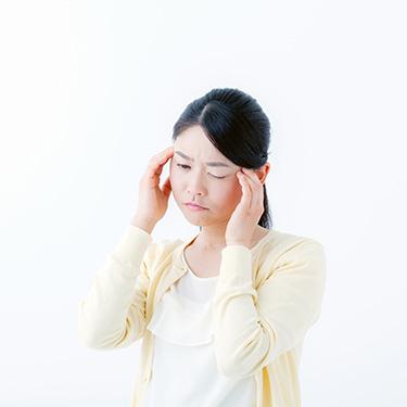 頭が痛い様子の女性