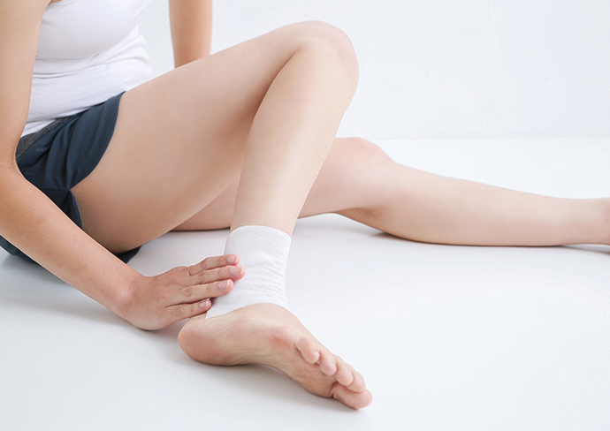 足を怪我した女性
